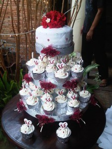 mini wedding cupcake maroon white