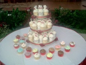 mini maroon wedding cupcakes15des3
