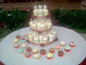 mini maroon wedding cupcakes15des3